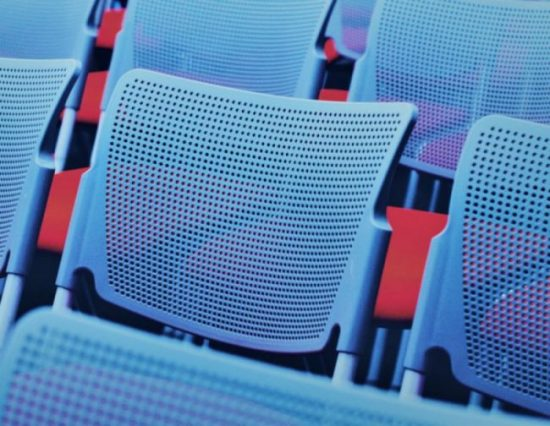 leere Blaue Stühle