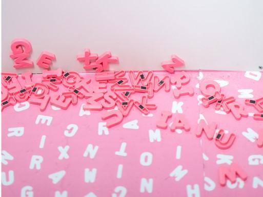 pinke und weiße Buchstabenmagneten