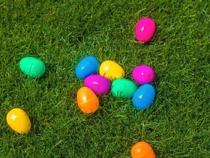 Bunte Ostereier auf einem grünen Rasen.